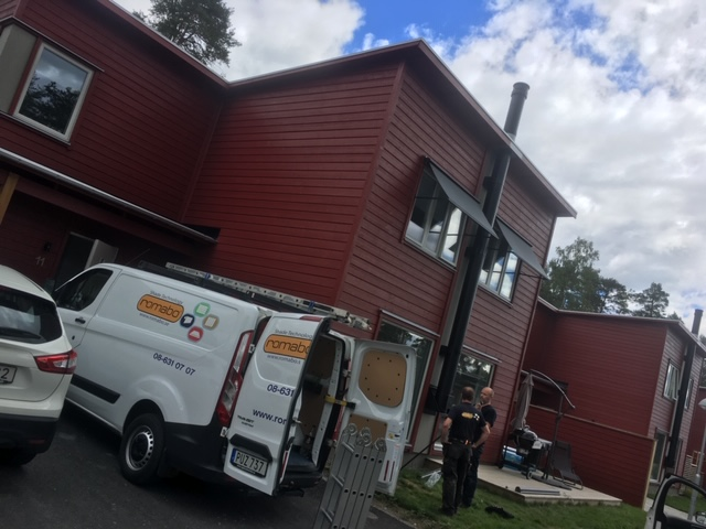 Screen- och fönstermarkiser till radhusområde på Ekerö