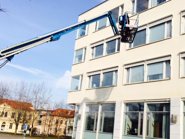 Pågående montage av screenmarkiser till Skövde Stadshus